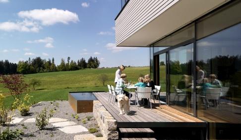 Eine schöne Terrasse ist im Sommer der Familientreffpunkt