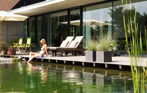 schwimmteich planen anlegen und pflegen sch ner wohnen. Black Bedroom Furniture Sets. Home Design Ideas