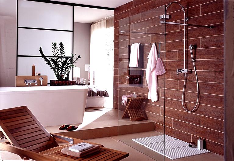 edel bad in holzoptik einrichten mit sinnlichen. Black Bedroom Furniture Sets. Home Design Ideas