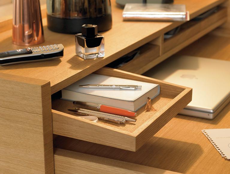 schreibtisch wird zusammengeschoben zum schicken. Black Bedroom Furniture Sets. Home Design Ideas