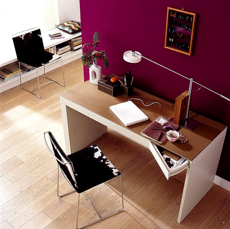 arbeitsplatz in violett die rote wand 5 sch ner wohnen. Black Bedroom Furniture Sets. Home Design Ideas