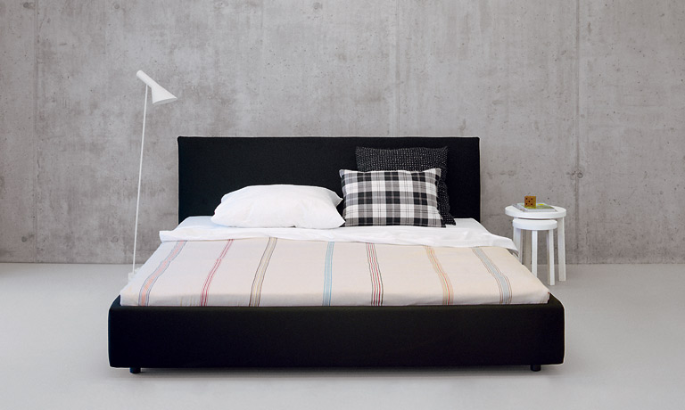 abgespeckt bett pardis von e15 betten f r puristen 24 sch ner wohnen. Black Bedroom Furniture Sets. Home Design Ideas