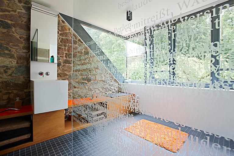 ebenerdige dusche mit fliesen aus glas dachausbau zum. Black Bedroom Furniture Sets. Home Design Ideas