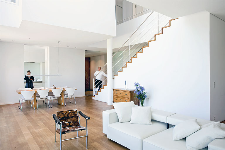 gro z giges wohnzimmer mit bodentiefen fenstern wohnzimmer in architektenh usern 1 sch ner. Black Bedroom Furniture Sets. Home Design Ideas