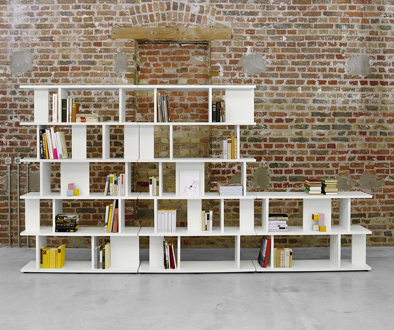 Книжные полки и стеллажи в интерьере комнаты..