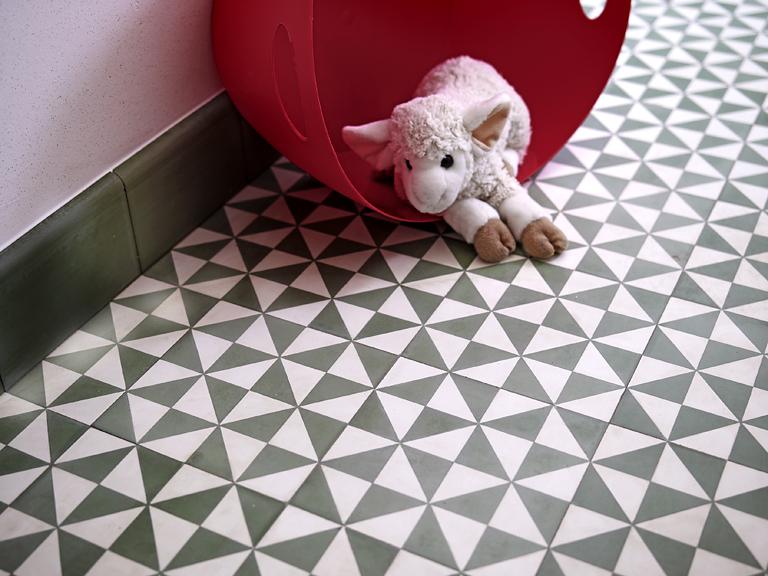 zementfliesen mit dreiecksmuster bild 17 sch ner wohnen. Black Bedroom Furniture Sets. Home Design Ideas