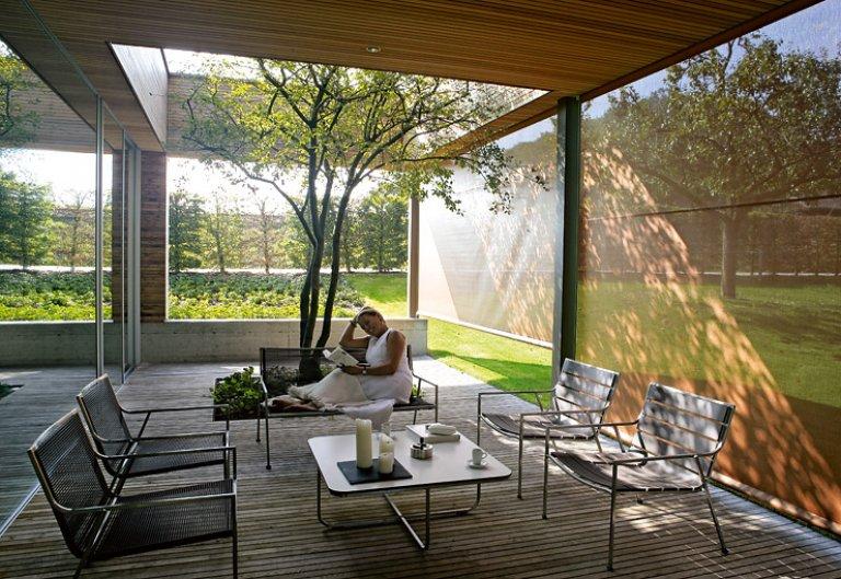architektenh user gesch tzte terrasse mit eichenboden. Black Bedroom Furniture Sets. Home Design Ideas
