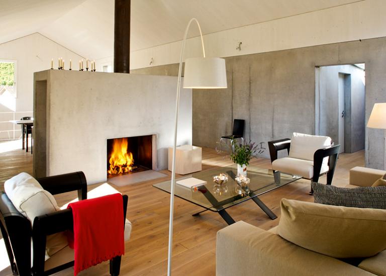 holz w rmt beton in diesem ehemaligen bauernhaus in diesem. Black Bedroom Furniture Sets. Home Design Ideas