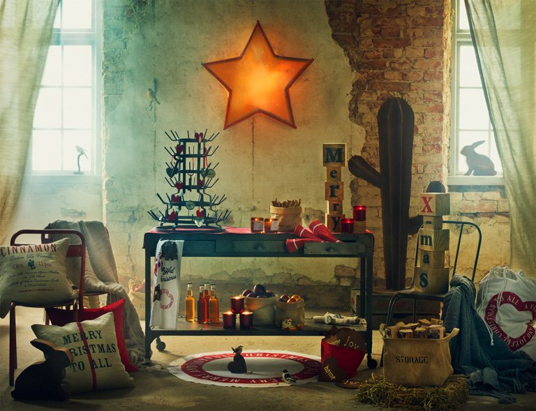 weihnachtsdeko mit stil kerzen und baumschmuck von madam stoltz weihnachten in skandinavien. Black Bedroom Furniture Sets. Home Design Ideas