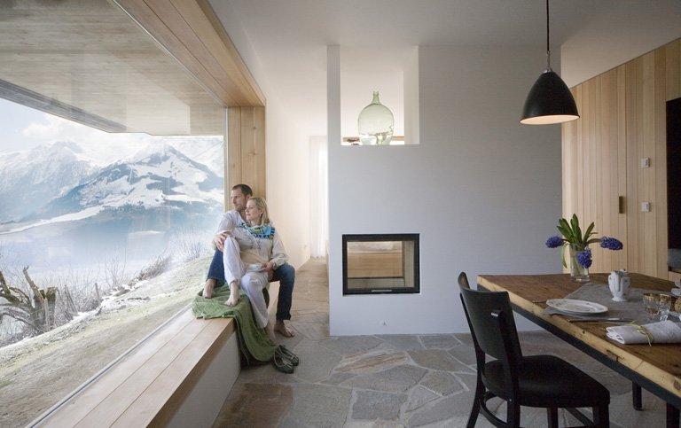 Flur eines Ferienhauses   breit und hell mit Dekoration in Schwarz und Wenge
