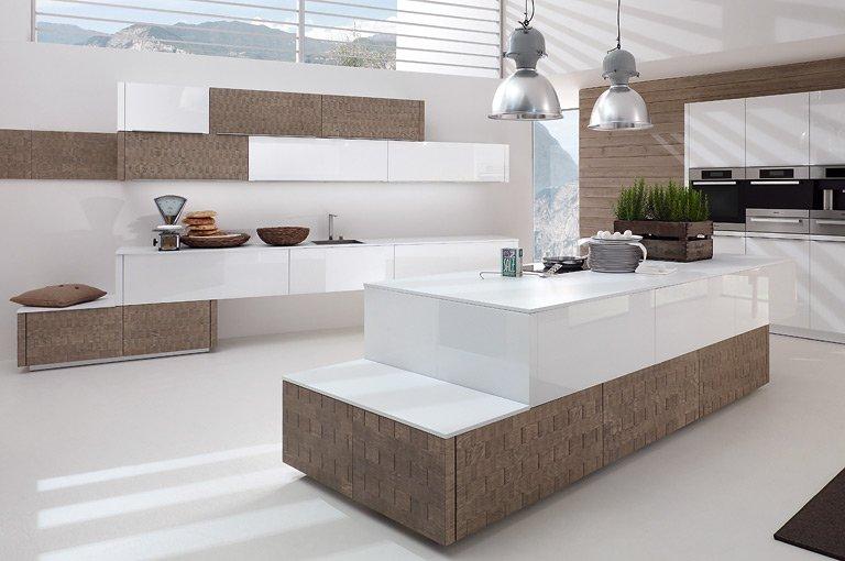 Küche Aus Holzfurnier Mit Kochinsel Dica. Lackierte Kochinsel Weiß  Abzugshaube Parkettbodenbelag
