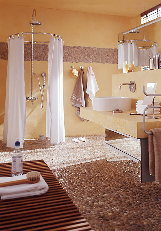 Badezimmer Naturstein Holz  ganz in Weiß – FliesenAkzente im