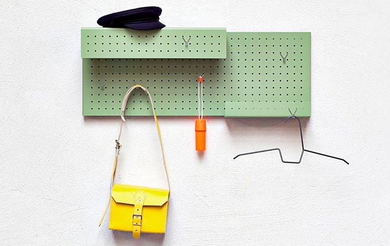 garderobe raster verhilft der lochwand zu neuen ehren sch ner wohnen. Black Bedroom Furniture Sets. Home Design Ideas