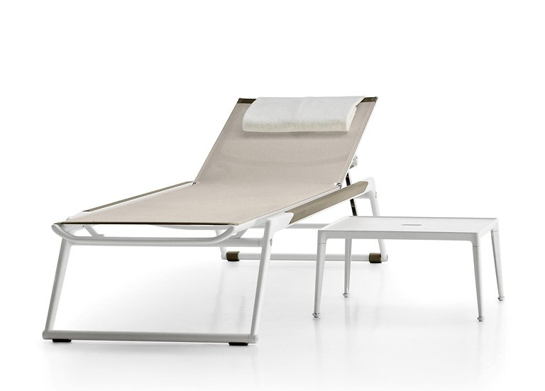 fotostrecke klappbar sonnenliege mirto von b b italia. Black Bedroom Furniture Sets. Home Design Ideas