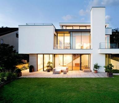 Villen zeitlose wei e villa am hang sch ner wohnen for Modernes haus terrasse