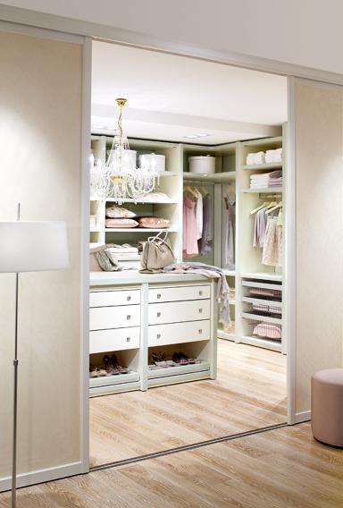 wie sie sich den traum vom begehbaren kleiderschrank erf llen sch ner wohnen. Black Bedroom Furniture Sets. Home Design Ideas