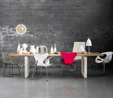 tisch mit unterschiedlichen stühlen