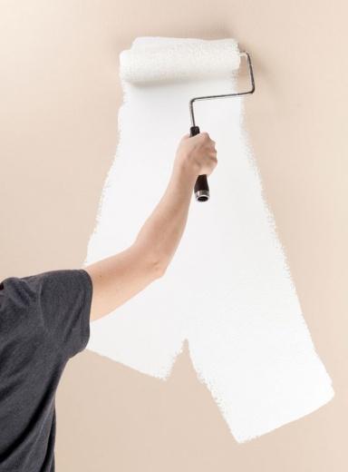 Wände weiß streichen - so wird's gleichmäßig: Farbverbrauch berechnen