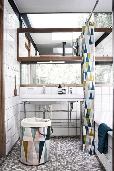 geometrische Motive in schwarz und weiß auf dem Duschvorhang