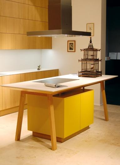 Farbe in der Küche: Farbe mit Holz: Kochtisch von Next 125