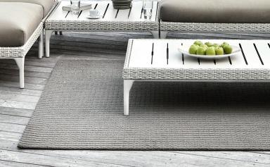 mit couchtisch und teppich das wohnzimmer nach drau en. Black Bedroom Furniture Sets. Home Design Ideas