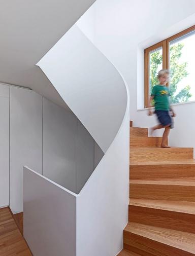 Treppengeländer Handlauf Holz Streichen ~ Inspiration Halbgewendelte Treppe  Bild 7  [SCHÖNER WOHNEN]