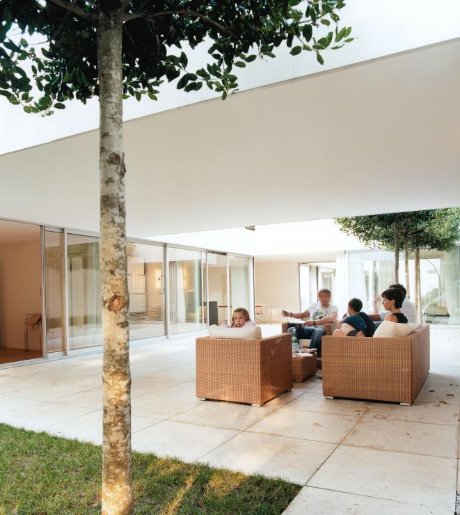 umgebauter bungalow mit drei h fen hofh user sch ner. Black Bedroom Furniture Sets. Home Design Ideas