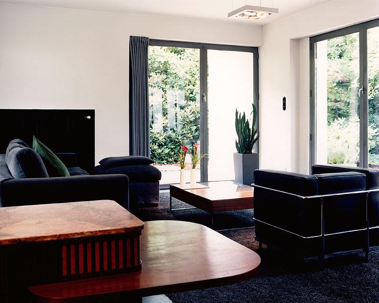 umbau küche wohnzimmer: Flachdachhaus im Mies-van-der-Rohe-Stil – Umbau – [SCHÖNER WOHNEN