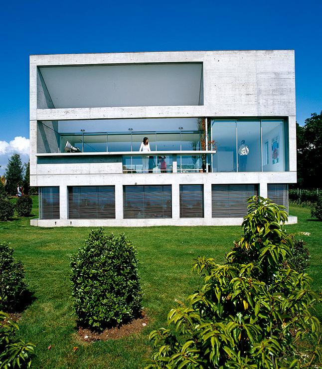 Villa aus beton und glas am genfer see sch ner wohnen for Villa flachdach
