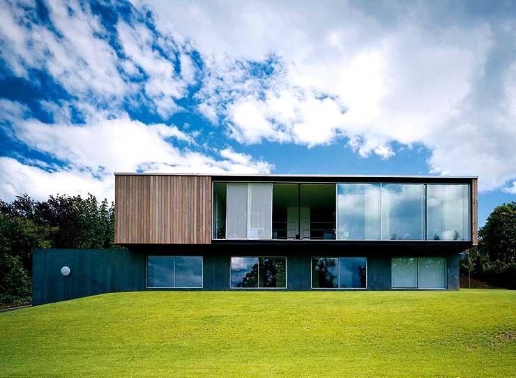 kubische villa mit verglastem wohntrakt sch ner wohnen. Black Bedroom Furniture Sets. Home Design Ideas