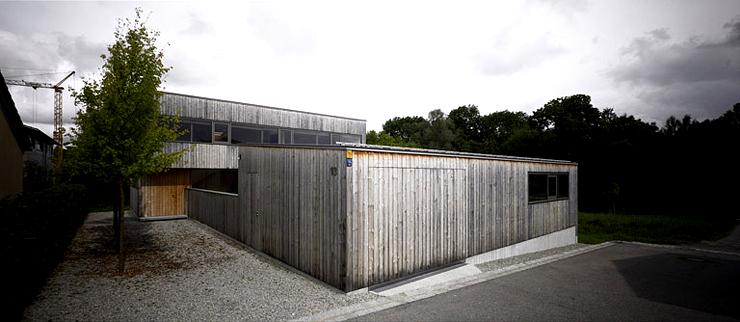 Zweigeschossiges flachdachhaus mit hof hofh user for Flachdachhaus mit garage