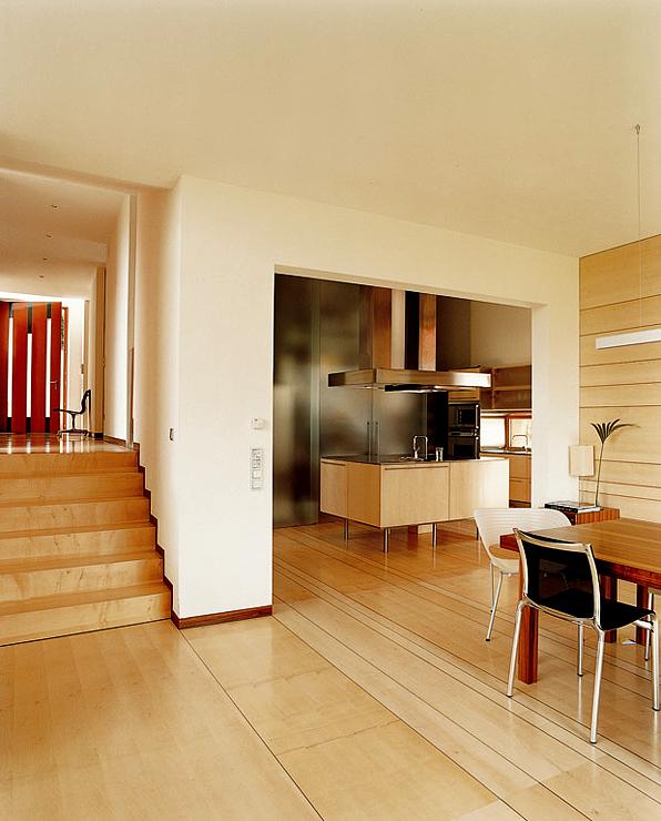 leuchtend rotes einfamilienhaus hangh user sch ner wohnen. Black Bedroom Furniture Sets. Home Design Ideas