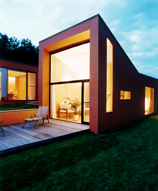 0088 Ferienhaus Haus Am See Lhvh Architekten: Leuchtend Rotes Einfamilienhaus